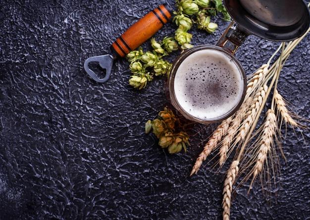 ビール、ホップ、モルトのマグカップ Premium写真