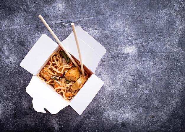 チキン、豆腐、野菜の焼きそば Premium写真