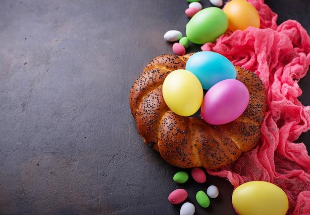 カラフルなイースターエッグと籐のパン Premium写真