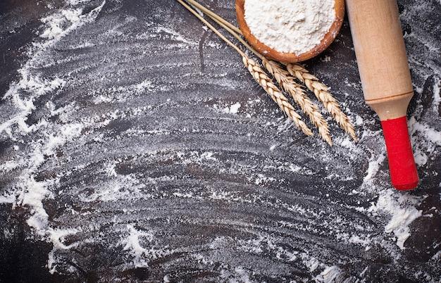 Пшеничная мука, колосья и скалка Premium Фотографии