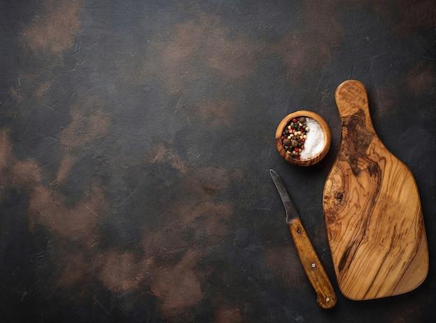 木製のまな板とナイフ Premium写真