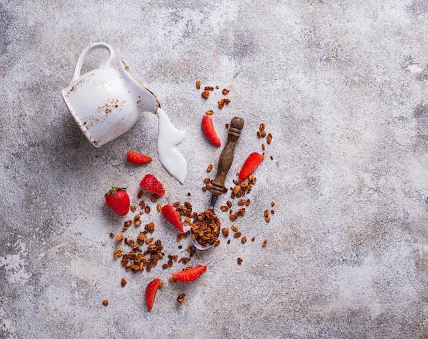 グラノーラとイチゴ、健康的な朝食 Premium写真
