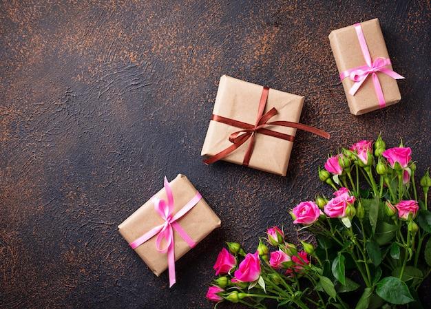 ピンクのバラとリボン付きギフトボックス Premium写真