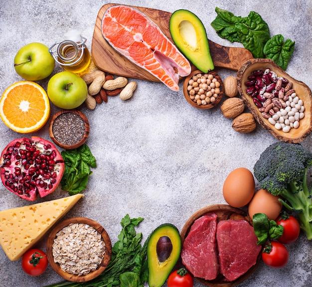 肉、魚、豆類、ナッツ類、野菜類。 Premium写真