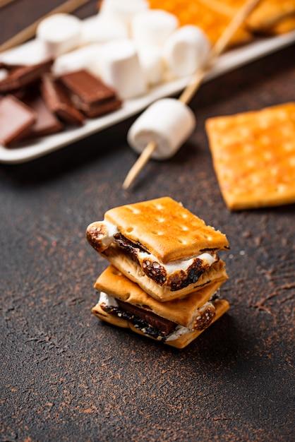 クラッカー、マシュマロ、チョコレートの自家製スモーレ Premium写真