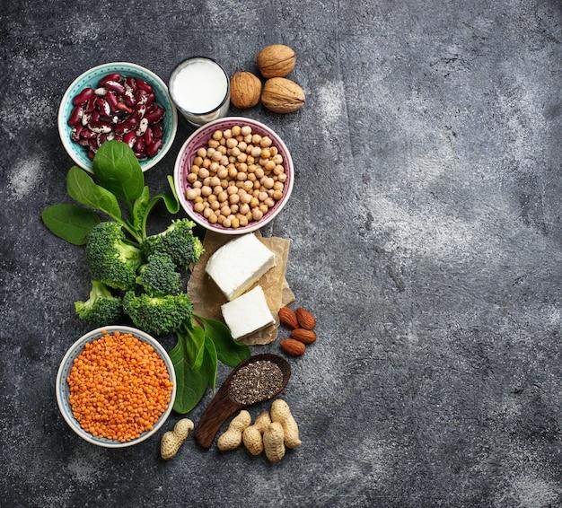 Чечевица, нут, орехи, бобы, шпинат, тофу, брокколи и чи Premium Фотографии