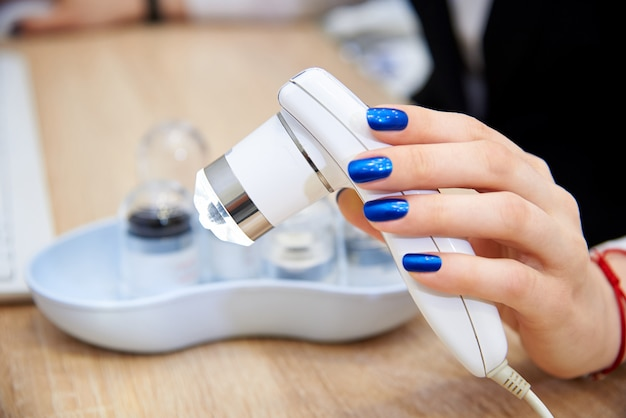 女性の手でトリコスコープ。 Premium写真