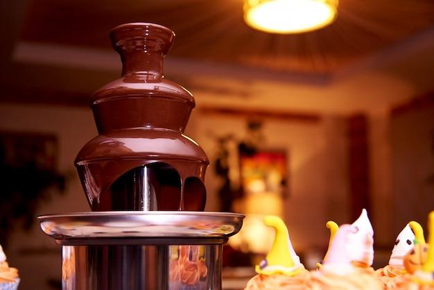 ハロウィーンパーティーのためのチョコレートの噴水。 Premium写真