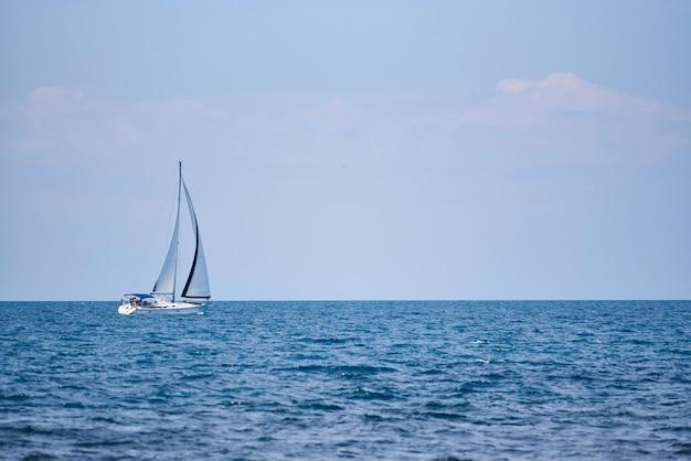 海、帆と空の白いヨットの景色。 Premium写真