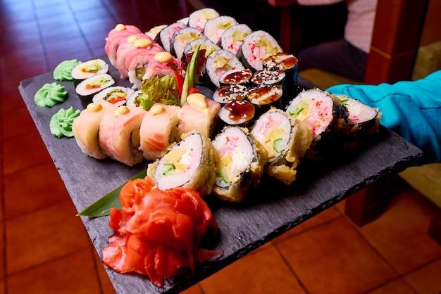 黒い石のスレートのクローズアップの寿司セット。 Premium写真