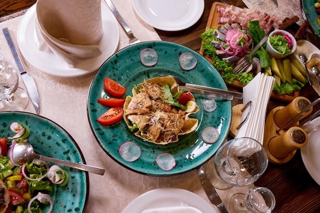 宴会やディナーパーティーのためのテーブルセッティング。 Premium写真