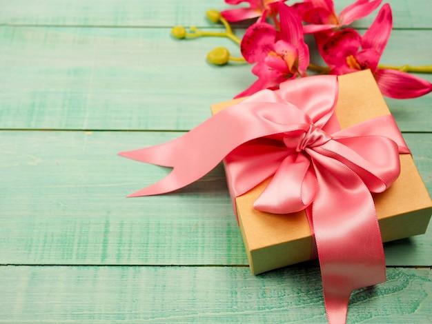 ピンクのリボン、バレンタインデーのギフトボックス Premium写真