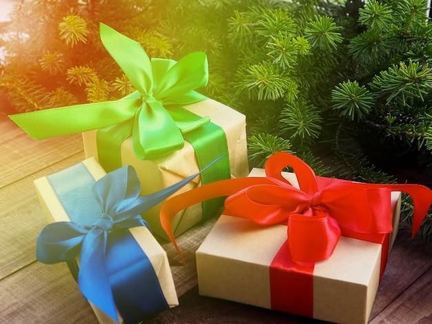 木製の赤いリボンとクリスマスギフトボックス、クリスマスプレゼントの装飾 Premium写真