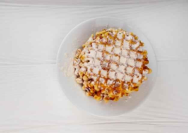 Сладкие бельгийские вафли на тарелке Premium Фотографии
