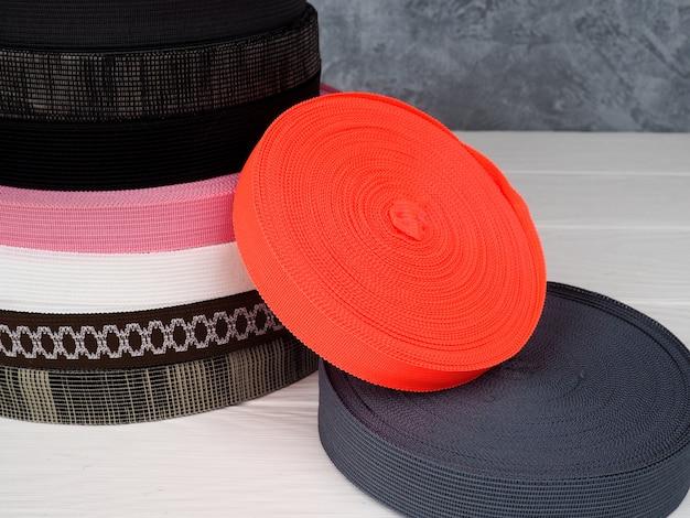 Лента разных цветов в катушках, много разноцветных катушек для текстильной промышленности, производства одежды Premium Фотографии