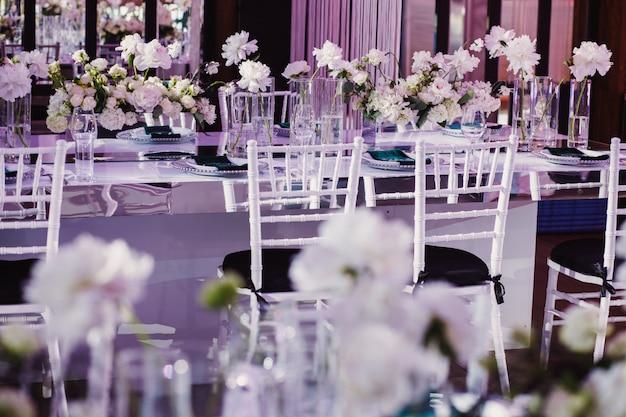 花で飾られた結婚式のテーブル 無料写真