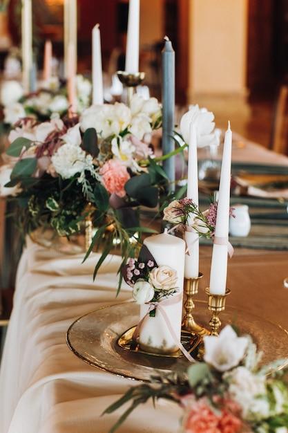 Свечи и букеты на украшенном столе Бесплатные Фотографии