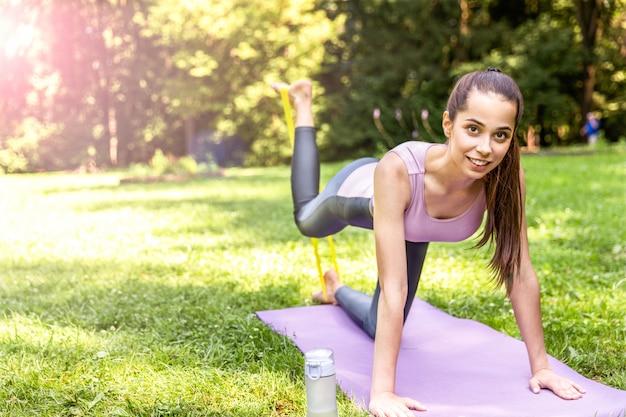 笑顔の運動女性はヨガをやっています。 無料写真