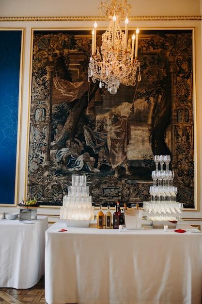 Стеклянная башня, полная шампанского на фоне мозаики Бесплатные Фотографии