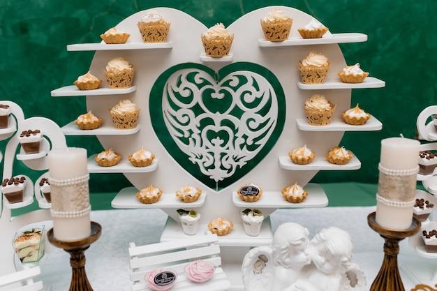 Десерты на подставке в форме сердца Бесплатные Фотографии