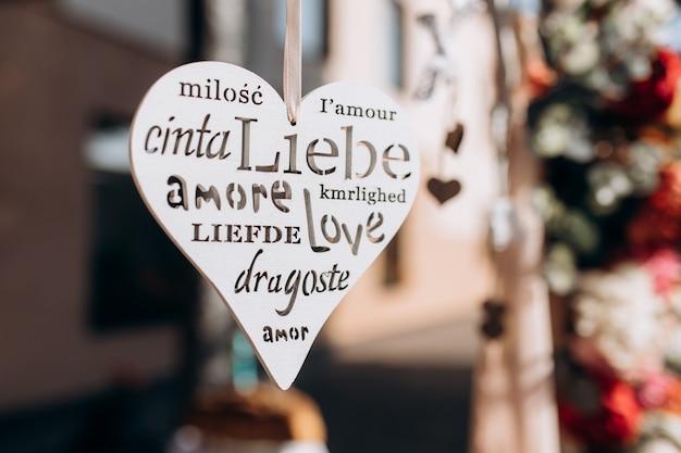 Фигура в форме сердца с резьбой слова Бесплатные Фотографии