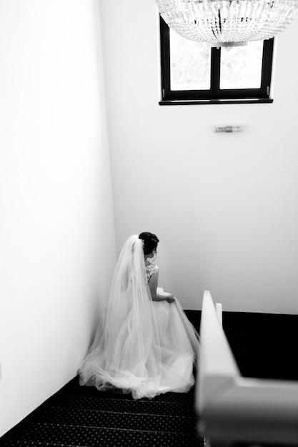 花嫁はホテルの階段を下ります 無料写真