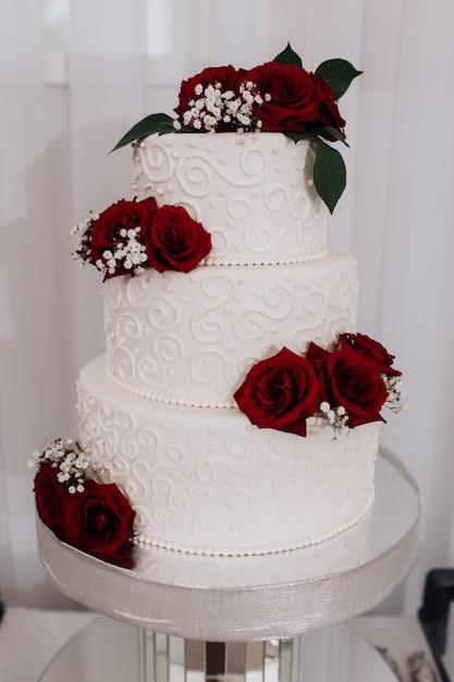 赤いバラで飾られたウエディングケーキ 無料写真