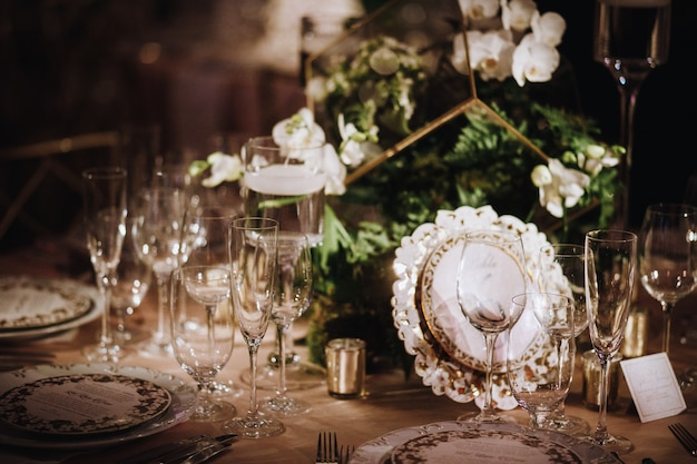 メガネに焦点を当てたテーブルの設定の詳細 無料写真