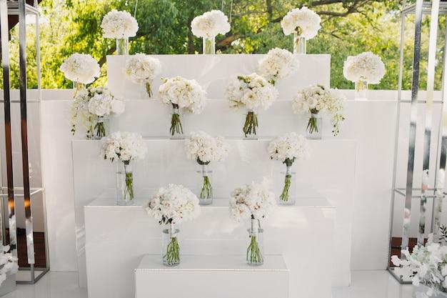 白い花の花束で飾られた壁 無料写真