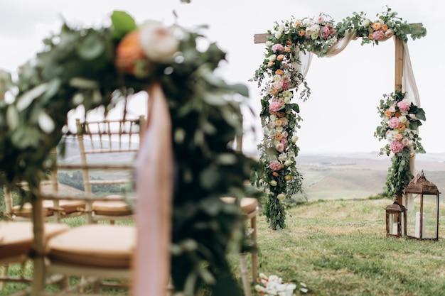 ユーカリとさまざまな生花で飾られた美しいアーチ 無料写真