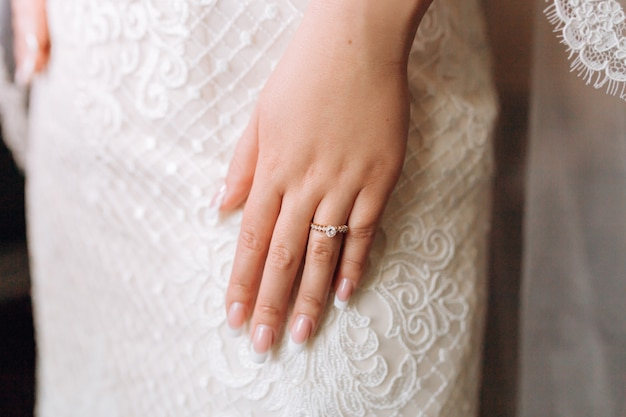 Обручальное кольцо на руке невесты с драгоценными камнями и красивым французским маникюром Бесплатные Фотографии