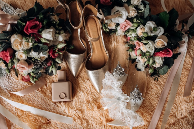 花嫁のウェディングシューズ、ウェディングブーケ、香水、宝石付きの貴重な婚約指輪 無料写真