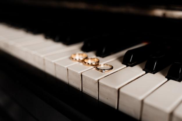 Обручальное кольцо и пара обручальных колец лежат на ключах Бесплатные Фотографии