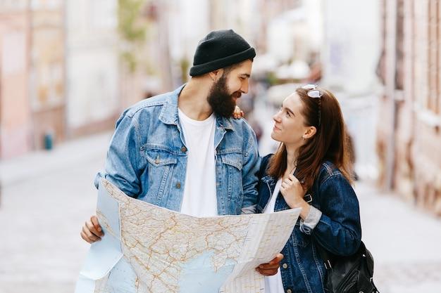 男と女は旧市街のどこかに立っている地図を見る 無料写真