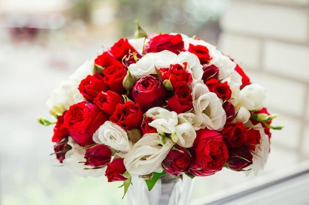 Потрясающий букет из темно-красных и белых роз стоит в глазу Бесплатные Фотографии