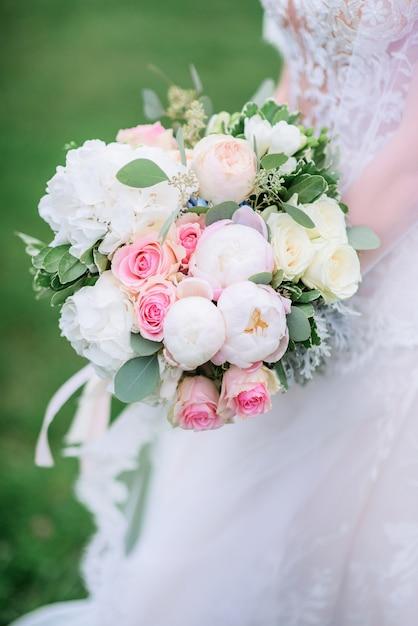 Свадебный букет из пионов и белых роз