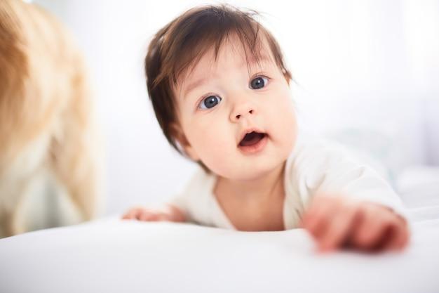 Маленький ребенок лежит на кровати Бесплатные Фотографии