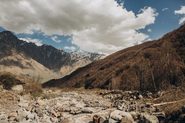 山脈は峡谷に沿って上から降りる 無料写真