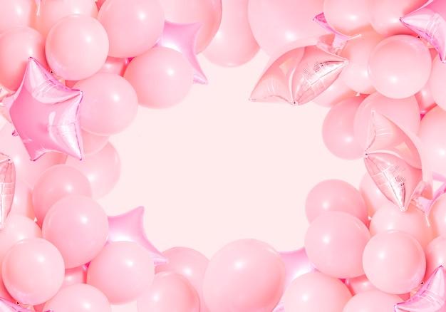 モックアップとミントの背景にピンクの誕生日の風船 無料写真