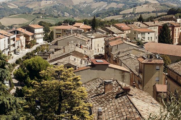 古いイタリアの町の赤い屋根の上から見てください 無料写真