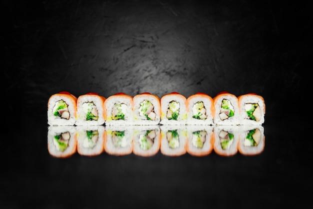 スモークサーモン、ノリ、漬け米、チーズ、ウガギパーチでできたロールレッドドラゴン 無料写真