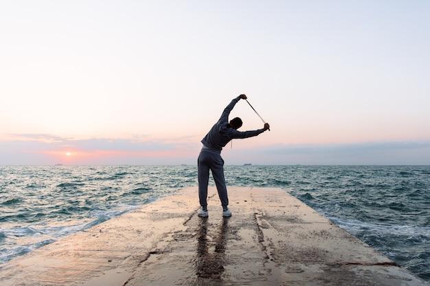 スポーツマンの練習、縄跳びで伸びる全身写真 無料写真
