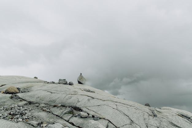 霧の中の石を持つ岩山の表面 無料写真