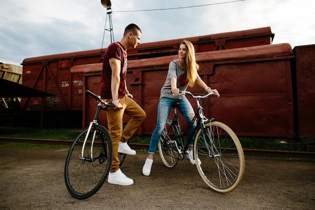 バイクと恋人。若いカップルが都会のバイクと恋に落ちる。屋外での自転車 無料写真