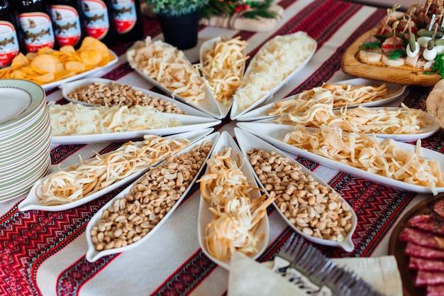 塩漬けの軽食は長い白い皿の中に横たわっています 無料写真