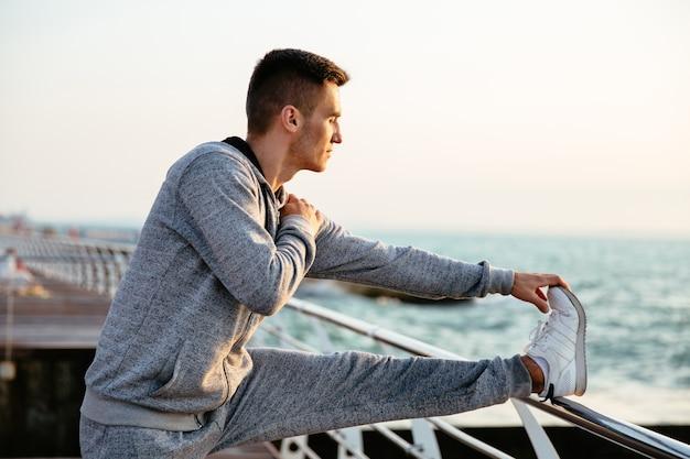 若い、魅力的な、スポーツウェア、練習、運動、脚、岸壁、屋外で 無料写真