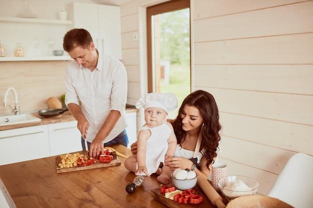 Мать, отец и сын сидят на кухне Бесплатные Фотографии