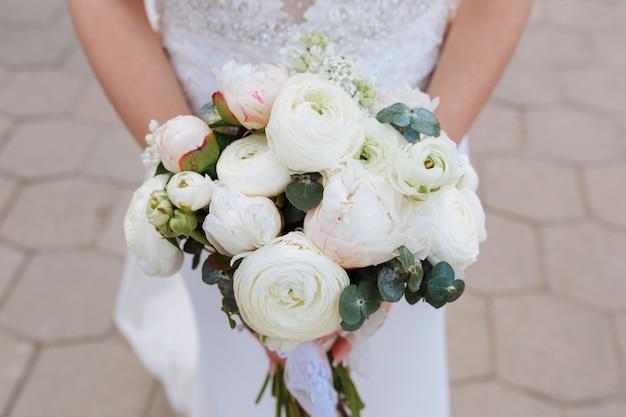 Невеста, держащая букет белых и розовых ранункулов Бесплатные Фотографии