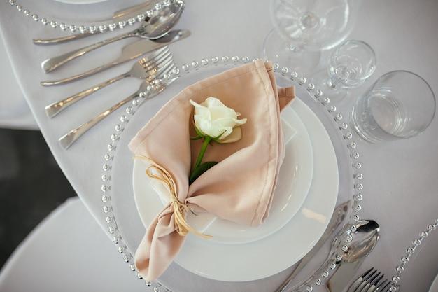 結婚式のテーブルサービング。結婚式の装飾 無料写真