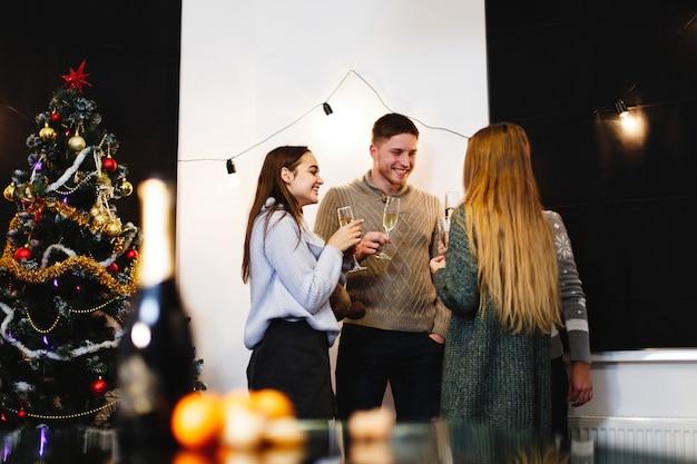 クリスマスと新年の準備。魅力的な幸せな若者の会社が祝う 無料写真